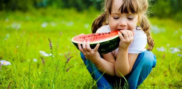 Une fillette qui mange son pastèque